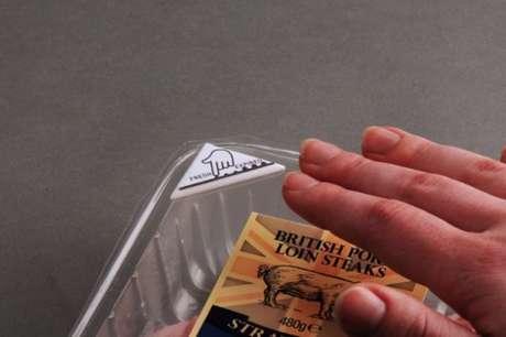 Para saber se a comida está estragada, basta passar o dedo sobre o rótulo