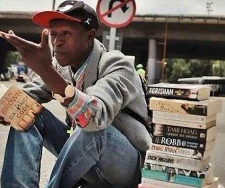 Se há alguém que pode provar que não se deve julgar um livro pela capa, essa pessoa é o sul-africano Philani Dladla, 24 anos, um morador de rua que chama atenção pelo jeito pouco convencional de conseguir dinheiro: vendendo livros