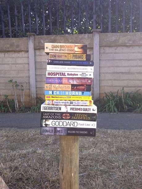 Ao invés de pedir esmola, Dadla comenta com pedestres sobre livros, autores e publicações que leu para convencê-los a comprar as obras e conseguir algum trocado para sobreviver