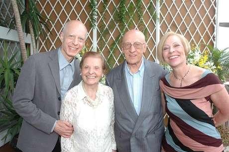 O ator Carlos Moreno, junto do pai Miguel e da irmã Tânia, ajuda a cuidar da mãe, Demariste, a Didi, ao seu lado na foto. Ela convive há dez anos com o Alzheimer