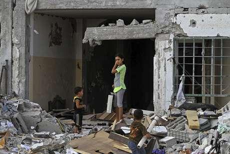 Crianças no meio de escombros após os ataques