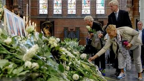 Tragédia do MH17 completa um mês, e muitos dos corpos das vítimas sequer foram encontrados