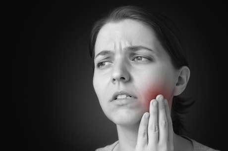 El absceso dental se caracteriza por un diente infectado