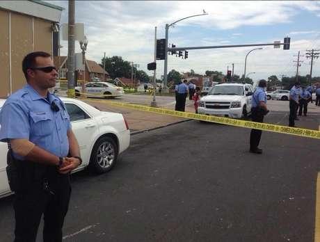 <p>Policias bloqueiam o acesso ao local onde o jovem negro de 23 anos foi morto em St. Louis</p>