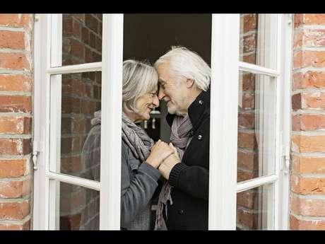 Em 2009, o governo de Weesp, na Holanda, construiu uma vila totalmente adaptada à realidade de pacientes com Alzheimer. Chamada de Hogeweyk Village, o local funciona como um condomínio fechado que abriga mais de 150 idosos
