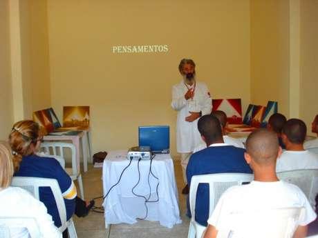 <p>Há mais de uma década, o médico homeopata César Deveza ministra aulas de ioga para internos de 12 a 21 anos incompletos, do Centro de Atendimento Socioeducativo ao Adolescente (Fundação Casa) em São Paulo</p>