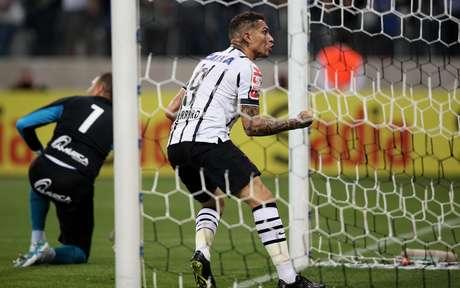 Guerrero comemora com a torcida presente na Arena Corinthians