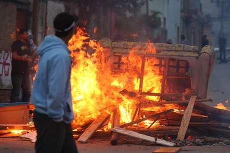 Moradores queimaram móveis e lixo durante o protesto desta quinta