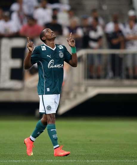 Thiago Mendes comemora o primeiro gol da partida