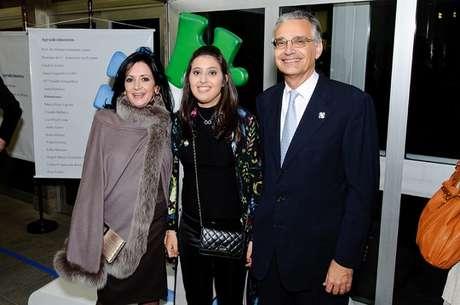 Paula E Hermelindo Ruete de Oliveira, fundadores da ONG Autismo & Realidade - Associação de Estudos e Apoio, juntos à filha Júlia a, que teve diagnóstico de autismo e Síndrome de Asperger