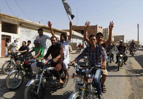 <p>Moradores da cidade de Tabqa comemoram a tomada da base a&eacute;rea pelo Estado Isl&acirc;mico</p>