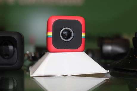 <p>Polaroid Cube na versão vermelha, câmera filma em alta definição</p>