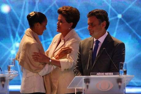 candidatos se cumprimentam antes do início do primeiro debate entre candidatos à Presidência