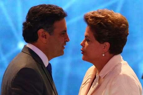 Dilma e Aécio se cumprimentam antes do início do debate