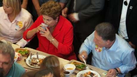 <p>Dilma tomarefresco a base de guaraná natural ao lado de Garotinho</p>