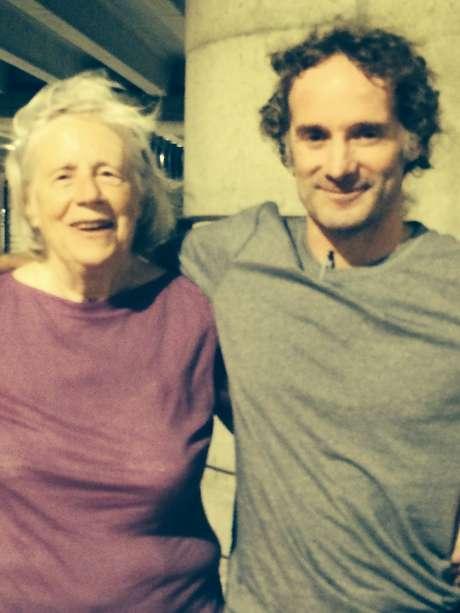 Foto fornecida pela família do jornalista, mostra ele com sua mãe após o voo de Tel Aviv a Nova Jersey - retorno após dois anos sequestrado