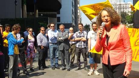 Luciana Genro, candidata do Psol à presidência, em panfletagem na Avenida Paulista, em São Paulo, com militantes e uns poucos curiosos