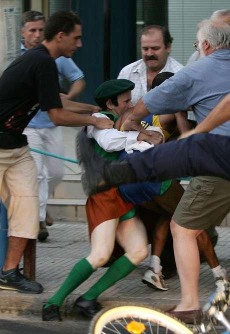 <p>Padre irlandês Cornelius Horan tirou Vanderlei Cordeiro de Lima do percurso por 13 segundos em Atenas</p>