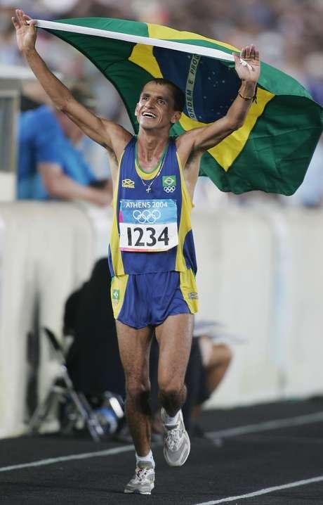<p>Vanderlei Cordeiro de Lima deu a vola olímpica com a banderia brasileira após faturar o bronze em 2004</p>