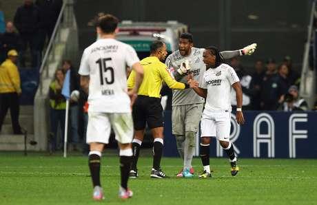 Aranha denuncia racismo ao árbitro de Grêmio x Santos
