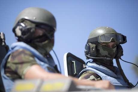 """Membros da ONU """"Capacetes Azuis"""" foram sequestrados nesta quinta-feira (na imagem, dois deles trabalham na fronteira entre Israel e Síria)"""