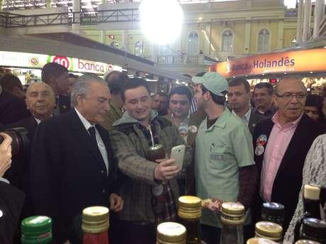 <p>Vice-presidente tomou cafezinho, tirou fotos e ouviu reclamação de eleitor pedindo candidato próprio do PMDB</p>