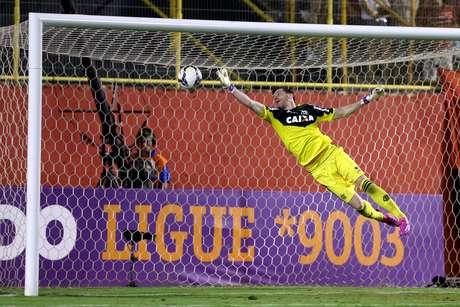 <p>Paulo Victor foi decisivo no fim da partida ao defender p&ecirc;nalti de Juan</p>