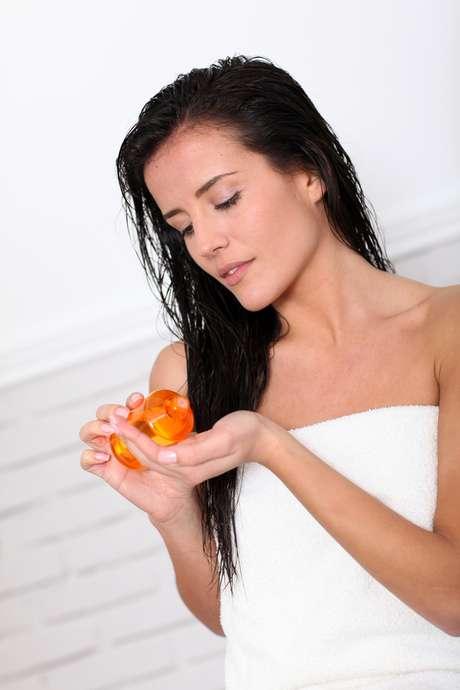Tratamento com óleos de amêndoas reduz o volume e acaba com o frizz