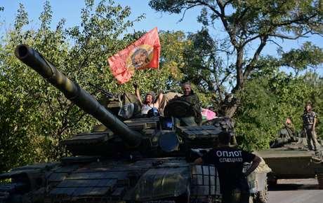 Tropas russas são vistas no leste ucraniano; combates entre separatistas e exército do país se intensificam