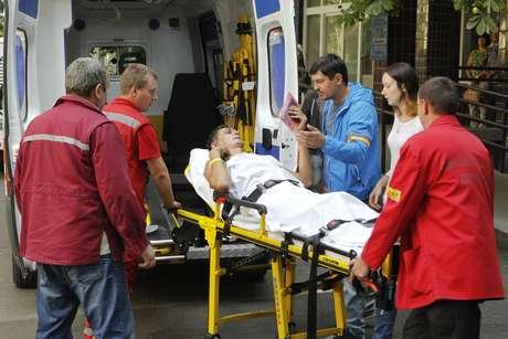 Homem ferido é colocado em ambulância após confrontos no leste da Ucrânia