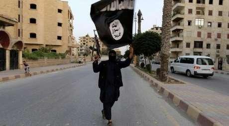 <p>Simpatizante do Estados Islâmico ostenta bandeira do grupo terrorista</p>