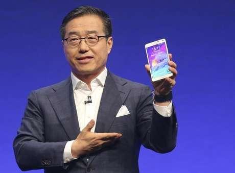 <p>Presidente da Samsung, DJ Lee, apresenta o novo Galaxy Note 4 em Berlim; semicondutores podem ter passado o negócio de celulares pela primeira vez</p>