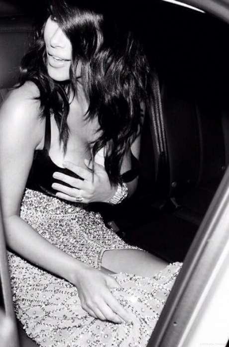 Kim Kardashian aparece com franja jogada para a lateral e ondas naturais