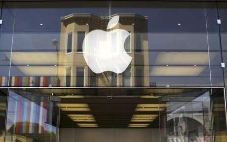"""Han pasado ya cuatro años desde que Apple presentó un aparato completamente nuevo, por lo que existe presión para que la mayor compañía de tecnología del mundo muestre una sorpresa el martes en su """"evento especial"""" en Cupertino en California. En la imagen se ve el logotipo de Apple frente a una tienda en barrio de la Marina en San Francisco el 23 de abril de 2014."""