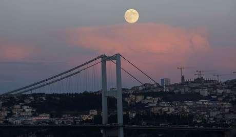 <p>A superlua vista em cima daponte Bosphorus, em Istambul, na Turquia, nesta segunda-feira</p>