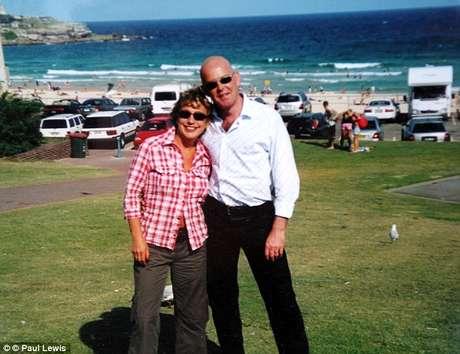 <p>Brit&acirc;nico morava na praia ao norte da Austr&aacute;lia com a mulher&nbsp;</p>