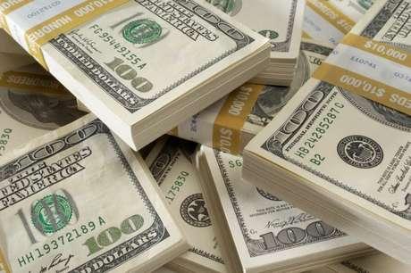 <p>Divisa deve continuar por volta de R$ 2,55&nbsp;at&eacute; que fique mais claro como ser&aacute; o pr&oacute;ximo governo, de acordo com analistas</p>