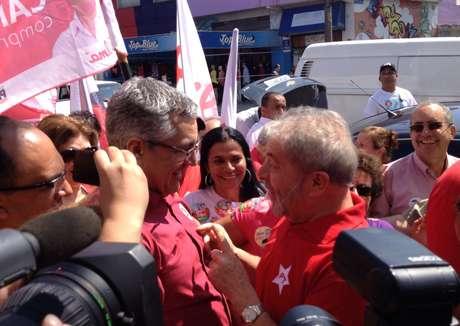 Alexandre Padilha faz campanha em Sapopemba, na zona leste de SP, ao lado do ex-presidente Lula