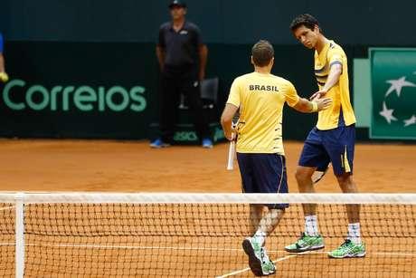<p>Marcelo Melo e Bruno Soares defenderam o Brasil contra a Espanha na Copa Davis, neste s&aacute;bado, e venceram por 3 a 0.</p>