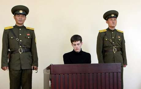 <p>Matthew Todd Miller durante julgamento em Pyongyang, Coreia do Norte. Imagem divulgada pela Agência de Notícias da Coreia do Norte Central (KCNA)</p>