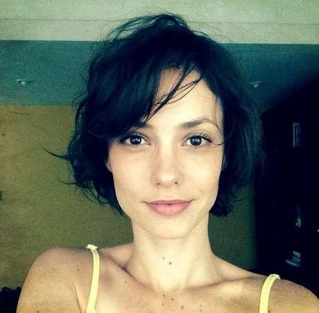 Depois de aderir ao cabelo curto, Rosane Mulholland adota tom escuro