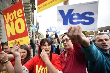 """Apoiadores do """"sim"""" e do """"não"""" fazem campanha antes do referendo sobre a independência da Escócia. 16/09/2014"""