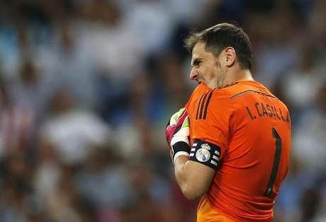 Goleiro do Real Madrid Iker Casillas durante partida contra o Atlético de  Madri no estádio Santiago 89cc51dc85fa2
