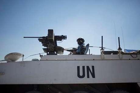<p>Um veículo blindado das forças de paz das Nações Unidas se preparapara entrar na Síria a partir das Colinas de Golã,em agosto de 2014</p><p></p>