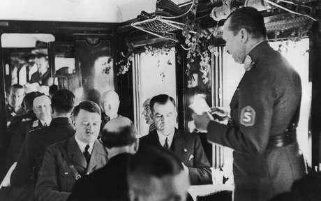 Hitler em mesa de jantar com seus apoiadores