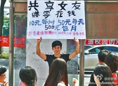 <p>Oferecendo a namorada por trocado. 10 renmimibis por hora, 50 renminmbis aproximadamente, 500 renmimbis o mês, diz o cartaz</p>