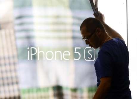 Horas antes do lançamento, funcionário retira pôster do antecessor do iPhone 6, o iPhone 5S