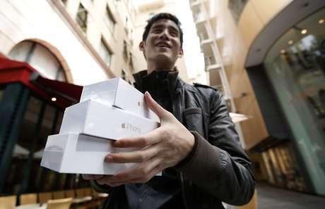 Canadense Jastin Leung veio ao Japão em suas férias para comprar o iPhone 6 e revender na China, o aparelho ainda não teve aprovação do governo chinês