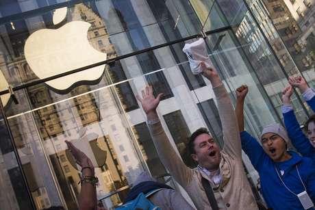 Morador de Nova Iorque, Andreas Gibson comemora após ser o primeiro a sair da Apple Store com o seu iPhone 6