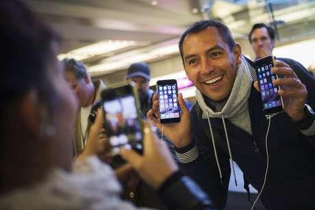 Italiano Michele Mattana posa com os novos aparelhos da Apple 6 na loja da Apple na 5ª Avenida, em Nova Iorque